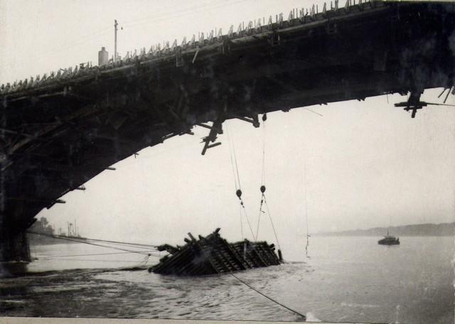 Вытаскивание ряжа из воды после уборки кружал. Август 1936г.