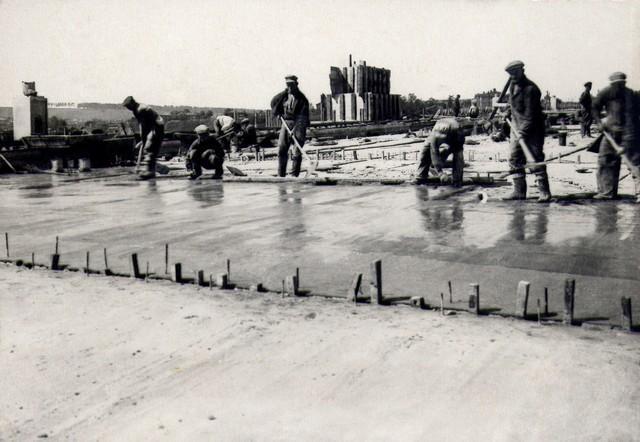 Устройство бетонной подготовки под изоляцию проезжей части. Август 1936г.