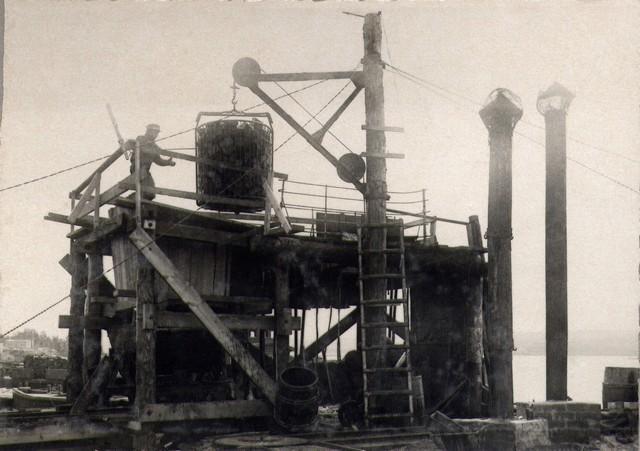 Бадья с шашкой опускается в котел для пропитки смолой. Сент. 1936г.