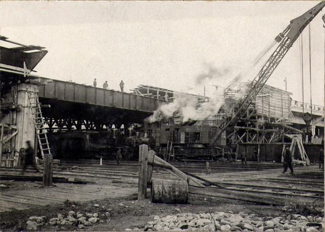 Работы по монтажу металлических пролетных строений на путепроводе. Октябрь 1936г.