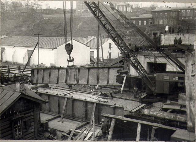 Разгрузка с платформ металлических ферм 75-тонным краном. Октябрь 36г.