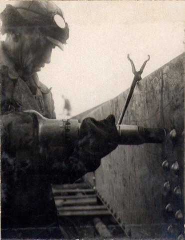 Выклепывание стыков ферм пневматическими молотками. Ноябрь 1936г.
