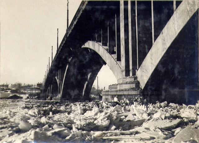Вид на речную часть моста в период рекостава. Январь 1937 г.