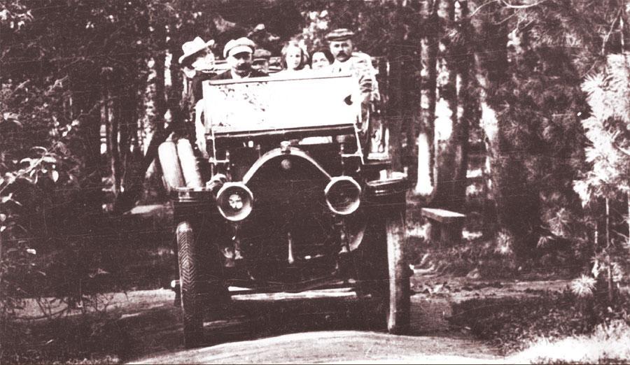 Автомобиль И. Н. Алексеева на главной аллее Интендантского сада. 1906-1912