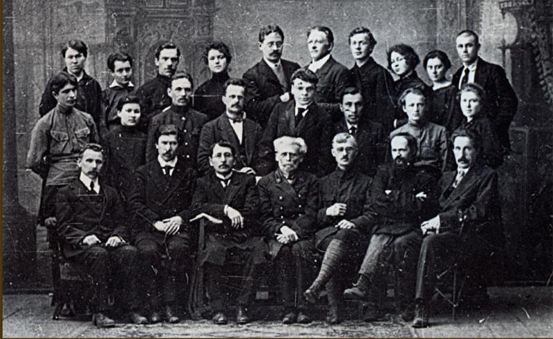 Профессора и преподаватели открывшегося университета в Иркутске.