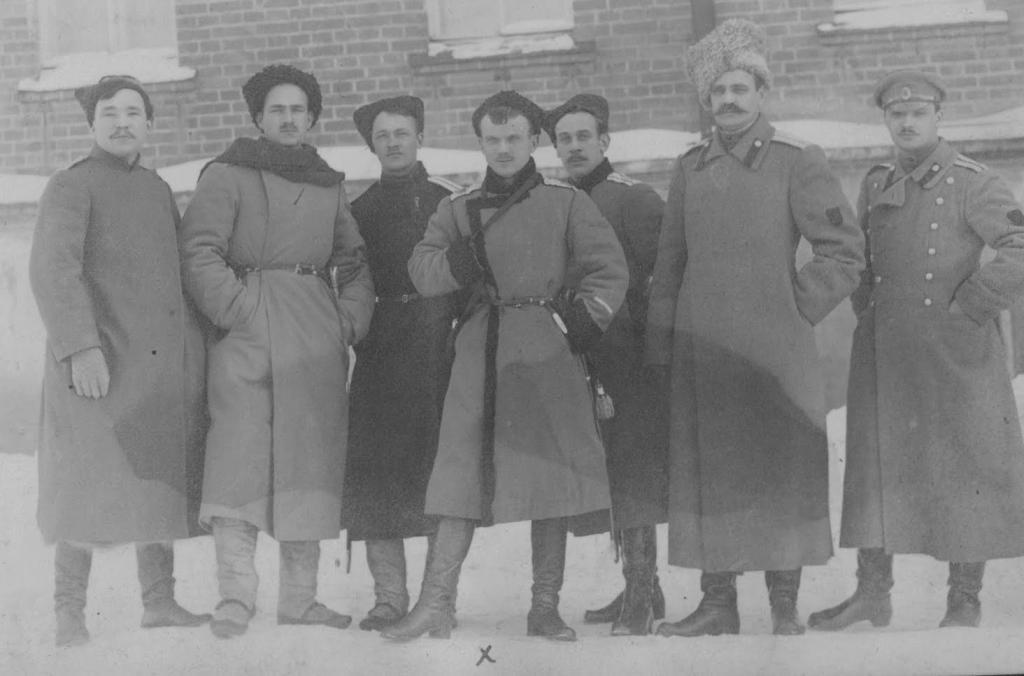 Г. М. Семёнов и атаман Сибирского войска П. П. Иванов-Ринов (в центре сидят) в группе единомышленников. 1919