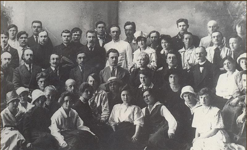 Студенты первого выпуска университета с профессорско-преподавательским составом. На снимке (в центре): ректор М. М. Рубинштейн.