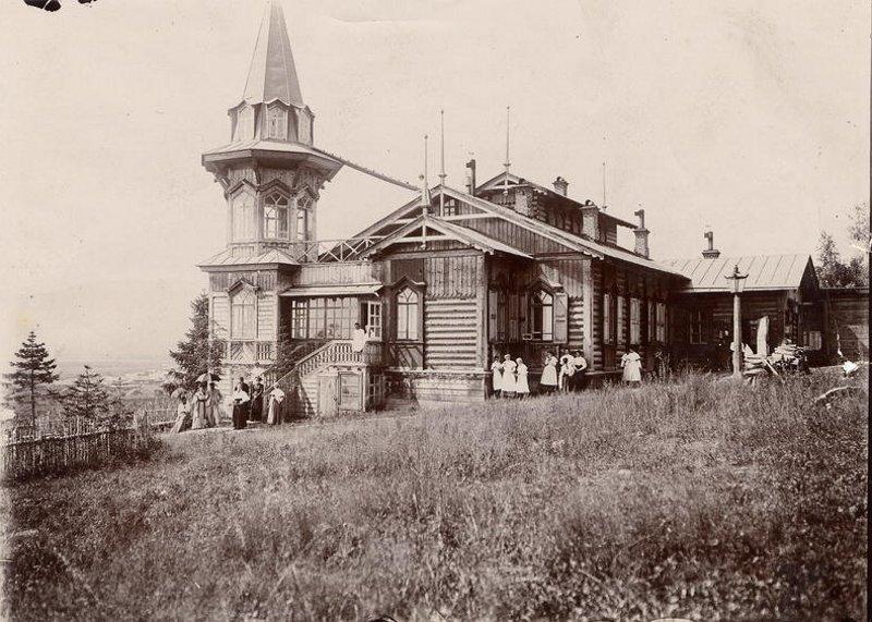 Вид дачи на высоком берегу реки Ушаковки. Фотография И. А. Подгорбунского, начало ХХ в.