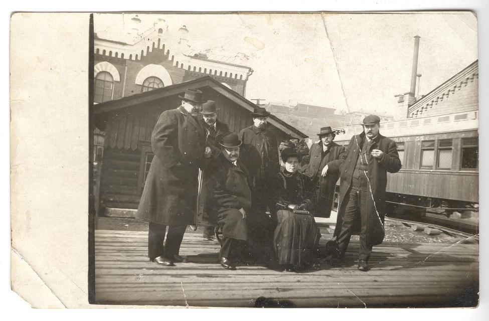 Иркутские купцы братья Белоголовые с друзьями и женщиной на Иркутском вокзале. 1910