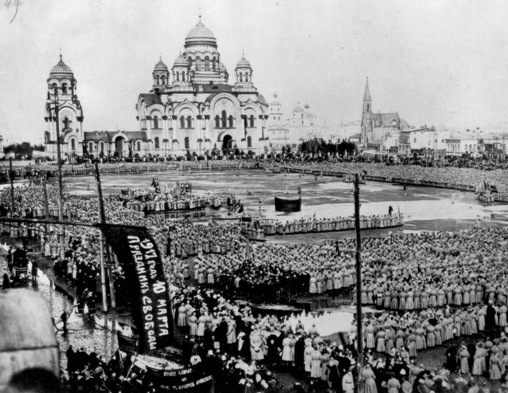 Тихвинская площадь после революции