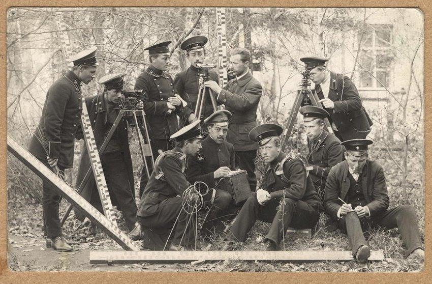 Ученики 4-го класса Иркутского горного училища с преподавателем. Снимок 1914 года
