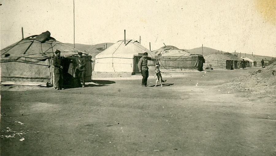 Военный городок в Монголии. Надпись на второй юрте слева (командир и комиссар части). Красная армия в Монголии. Быт