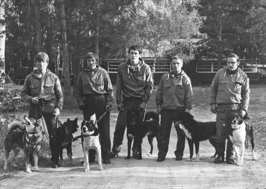 Команда Иркутского питомника лаек на республиканских состязаниях лаек по пушному зверю зоны Сибири и Дальнего Востока в г. Новосибирске в сентябре 1984 года.