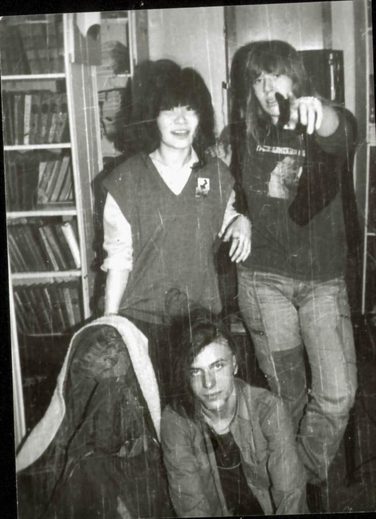Вверху Наташа Бадмаева и Янка, внизу некий панк Сорняк