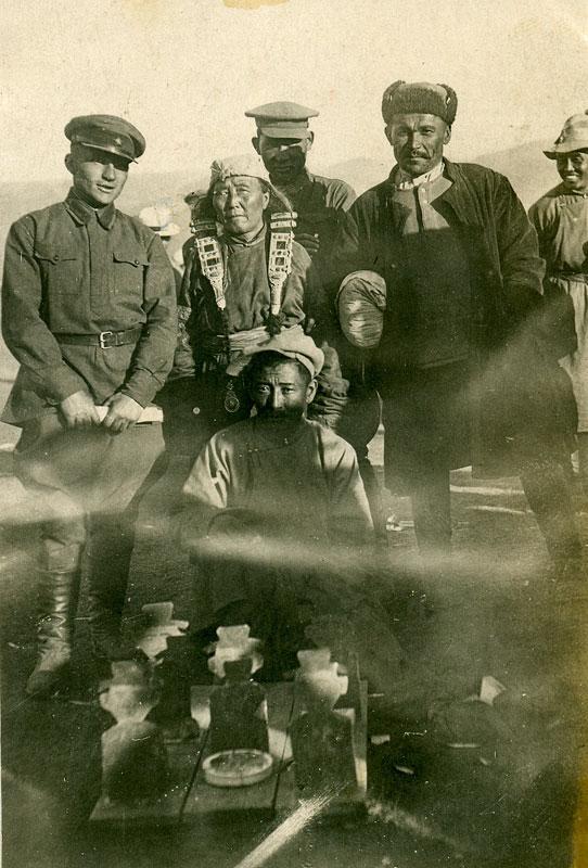 Командир Красной армии с монгольскими друзьями. Фотография на память