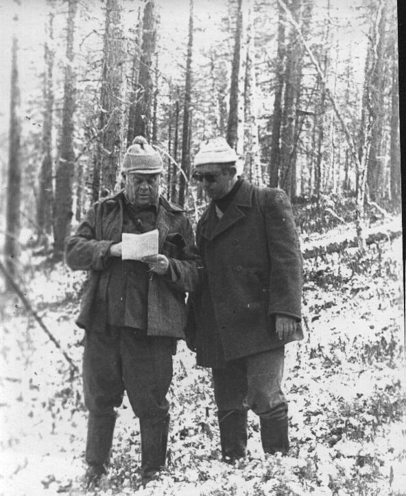 Эксперты Перельмитер И.Д. (г.Москва) и Кружков Н.А. (г.Иркутск) на испытаниях лаек по белке в урочище Хологор, октябрь 1985 г.