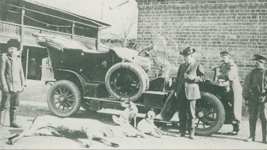 С охотничьим трофеем. Фото 1901-1912.