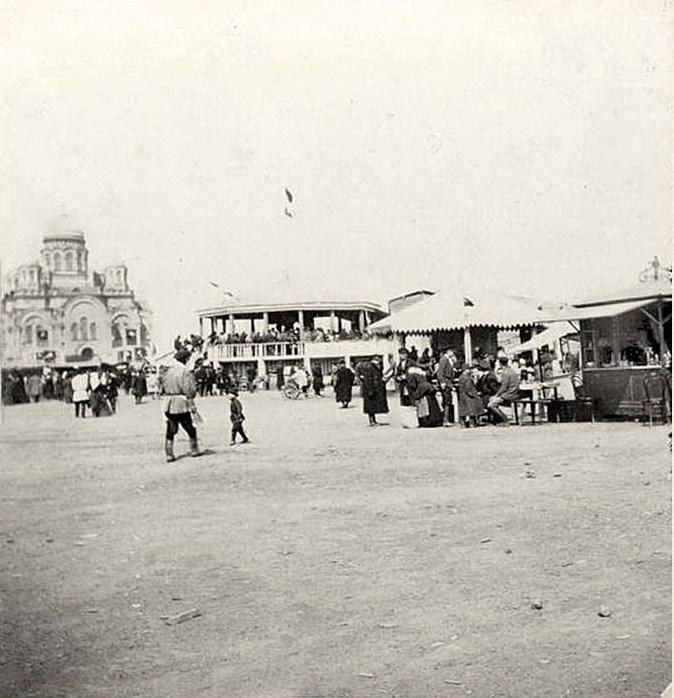 Гуляния на Тихвинской площади.