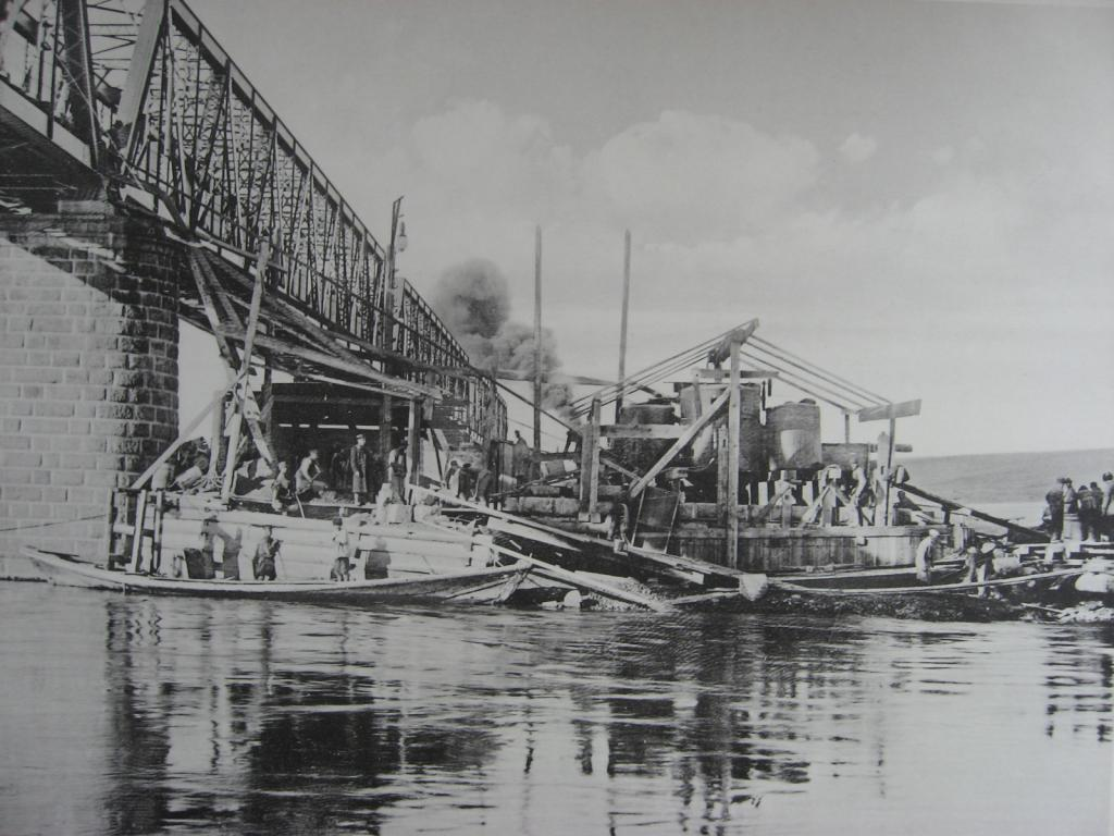 2985 верста. Постройка опор моста под второй путь на р. Белой. Строительный период 1910 г.
