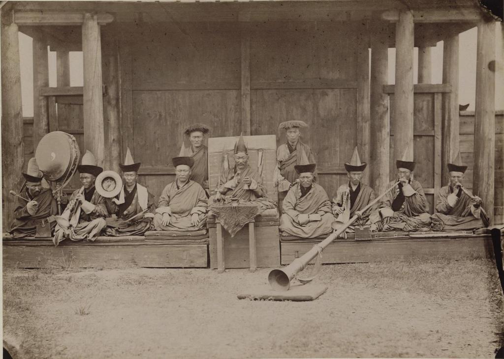 """Гусиноозерского Дацана Хамба-лама (настоятель), ламы и ламы-музыканты. Хамба-лама во время богослужения держит в руках """"хонхо"""", то есть колокольчик и вачир, и потрясает ими в те моменты, когда читаются заклинания. В 1886 г. хамба-ламой был Дан."""