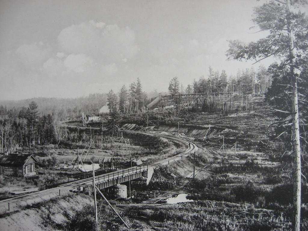 2483 верста. Вид на насыпь на реке Моховой; высота насыпи до 9,24 саж. Строительный период 1910 г.