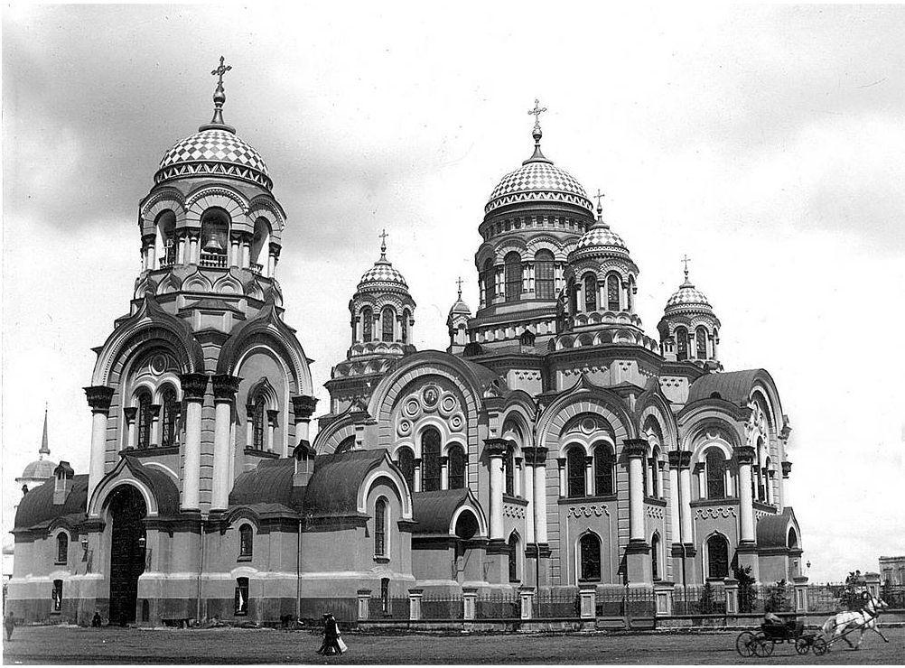 Вид на собор из Сукачевского сквера. Фото начала ХХ в.