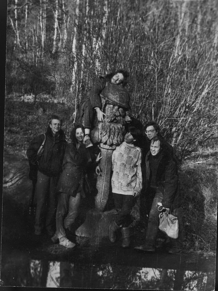 """Вокруг найденного в чаще леса деревянной скульптуры слева направо внизу - Алексей Рыбаков, моя подруга, Татьяна Блажко, неизвестный тусовщик, Олег """"Сур"""" Сурусин. Я вверху."""