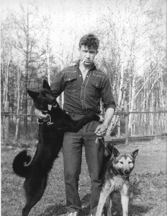 Старший егерь Дивиденко О.А. с лайками Аргунью (слева) и Овчей (справа), май 1991 года.