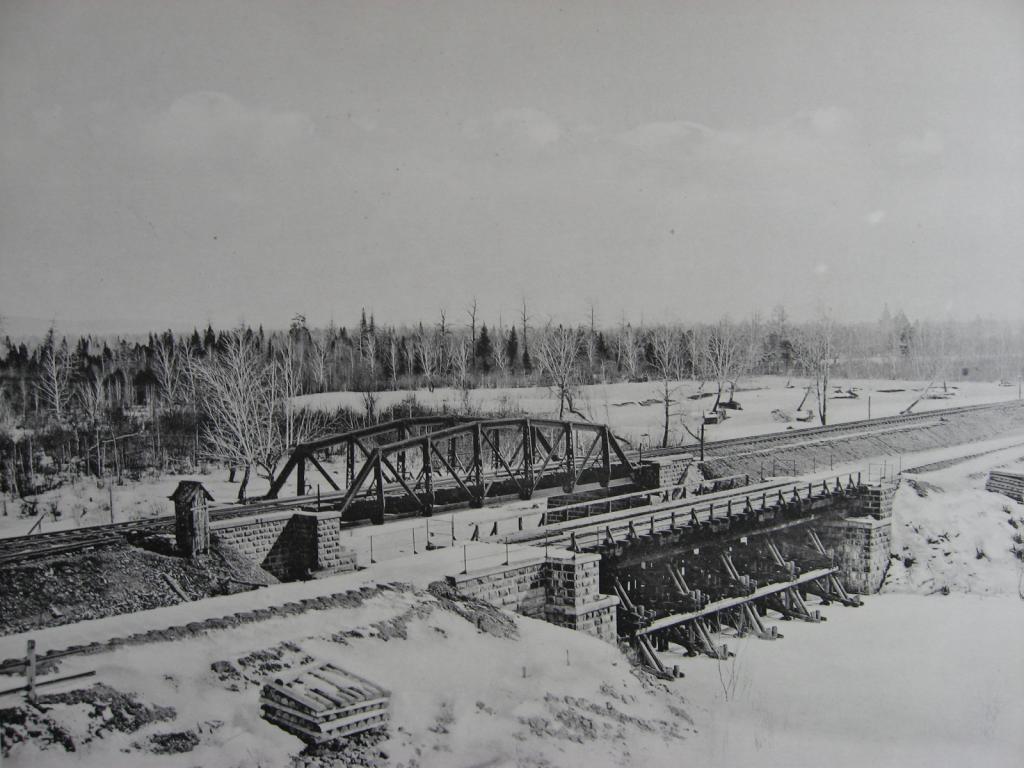 2597 верста. Общий вид старого и нового мостов через р. Рубахину. Строительный период 1909 г.