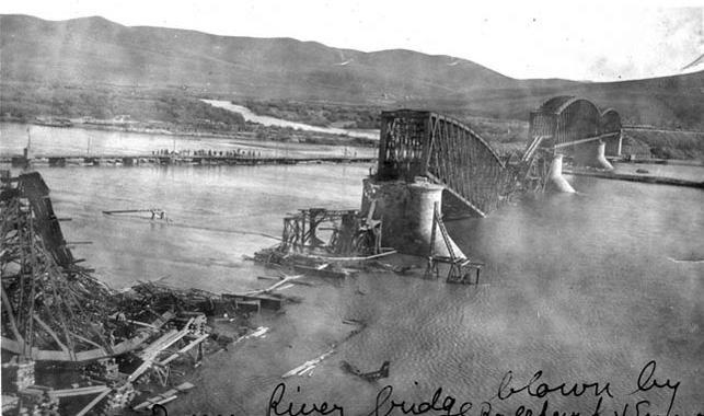 Взорванный железнодорожный мост через реку Онон (она впадает в Шилку, а та, в свою очередь, – в Амур) в современной Читинской области