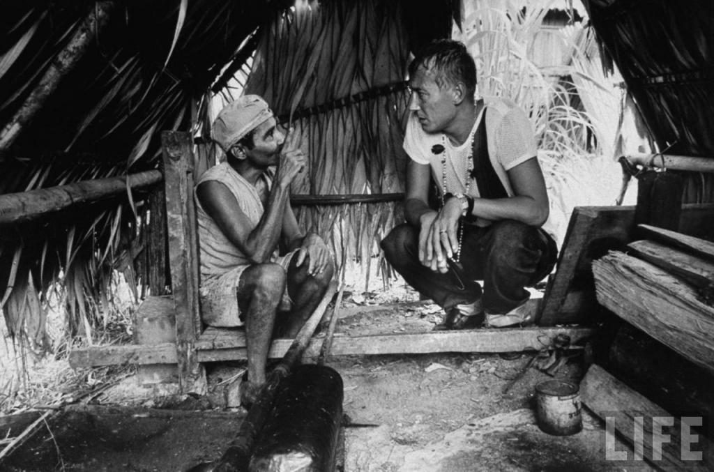 Евгений Евтушенко разговаривает с колумбийцами во время путешествия по реке Амазонке.