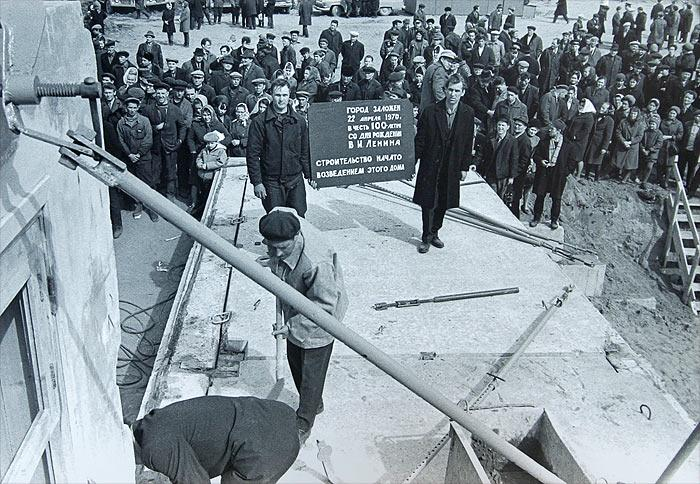 Саянск. Установка мемориальной доски на первой стеновой панели дома №2 Нового города, 22 апреля 1970 г.