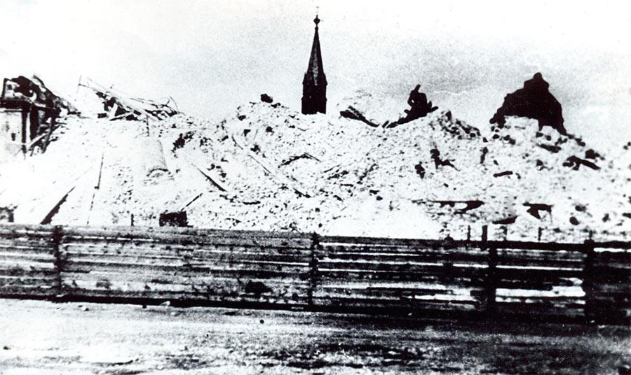 Жертва «воинствующих атеистов» - храм, возведенный на средства сибиряков, был разрушен до основания. 1932