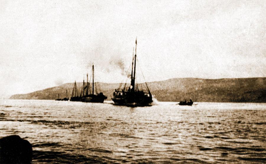 Пароход «Яков» ведет караван торговых судов. 1901.