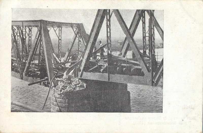 Красные взорвали железнодорожный мост через реку Белую, но белые войска переправились на лодках, а где можно - вброд.