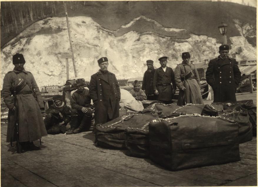 Отправка почты под конвоем казаков на озере Байкал