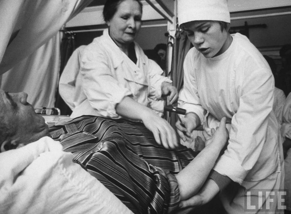 Неля Спиридонова изучает пациентов под руководством учителя