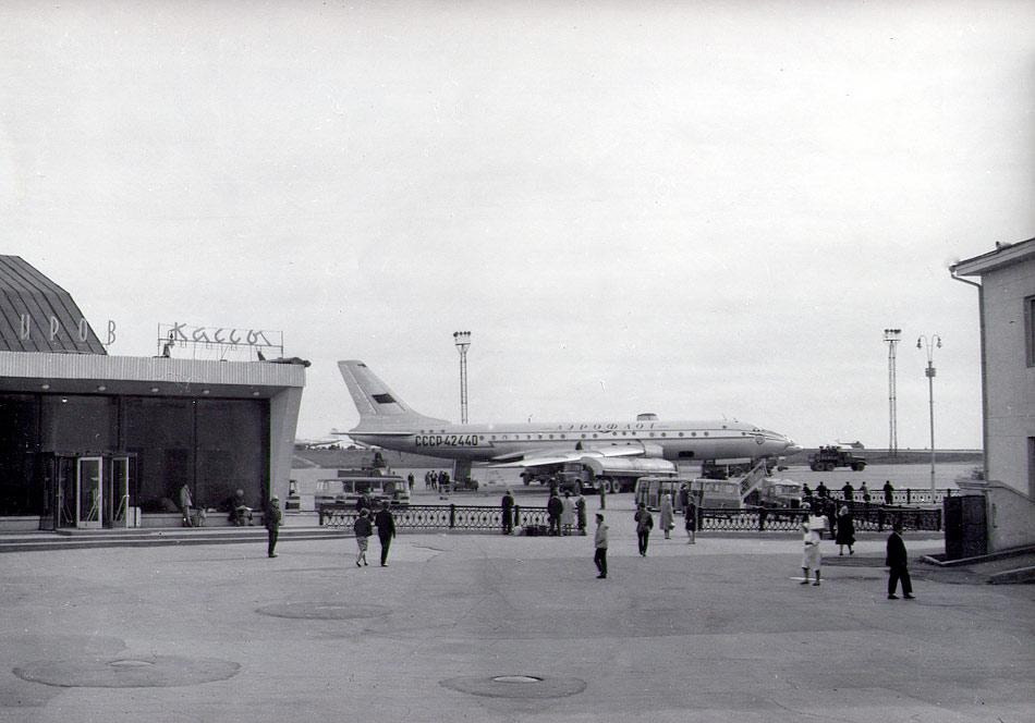 Ту-104 на стоянке в Иркутске. 1970-е