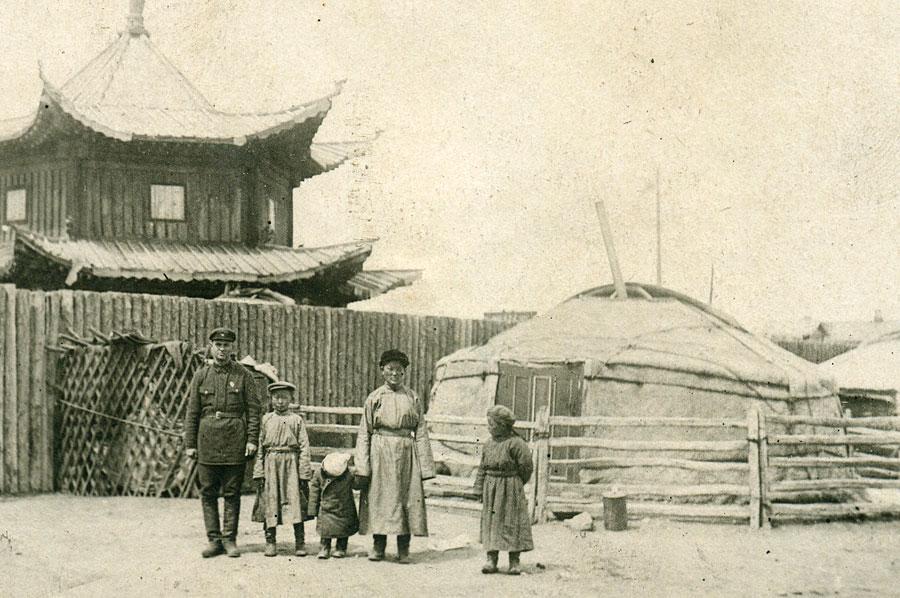 Фотография советского командира с монгольской семьей у юрты