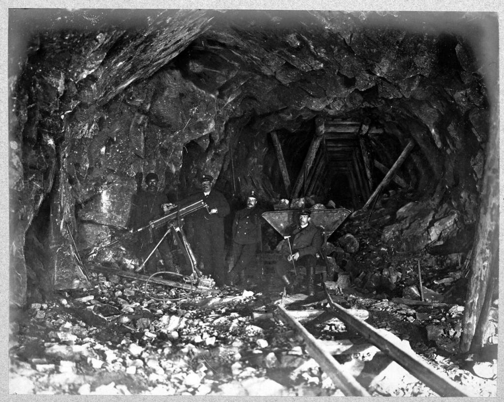 Машинное бурение в тоннеле.
