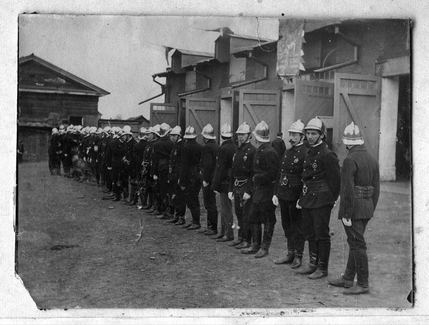 Пожарная дружина добровольного пожарного общества у своего здания на Арсенальной