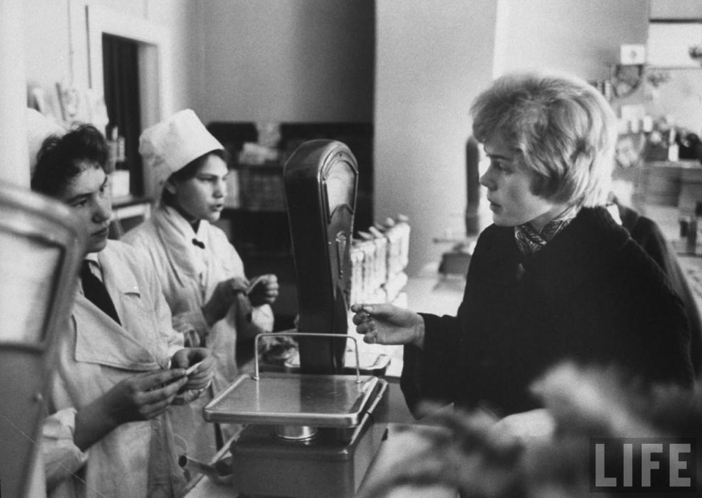 Неля Спиридонова покупает конфеты...