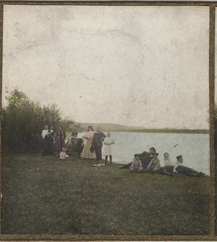 На пикнике. Берег Иркута, май 1909 года.