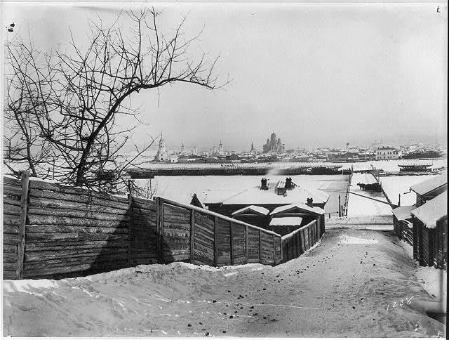 Частично демонтированный понтонный мост через Ангару в Иркутске зимой 1895-1896