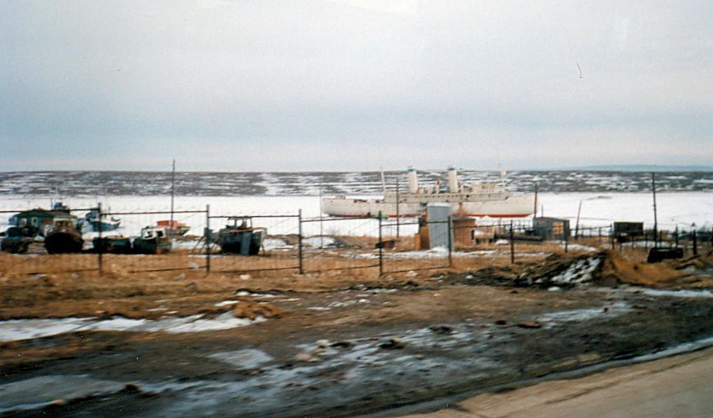 Иркутск. Корабль на приколе в микрорайоне Солнечный