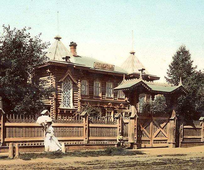 Училище «Детский сад». Училище было открыто в 1869 г. по инициативе М. Г. Тюменцевой, которая много лет была его начальницей и педагогом. В этом красивом здании на Амурской (Ленина) улице, построенном по проекту архитектора Г. В. Розена, училище располагалось с 1882 по 1920 г.