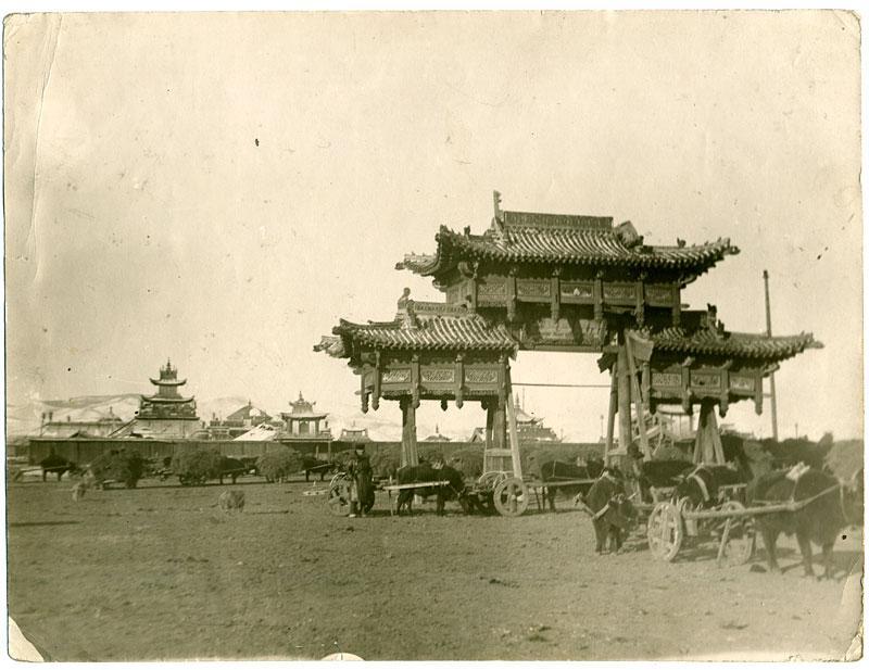 Монгольский дацан (возможно ныне не существует). Повозки с яками, Монголия, конец 1930-х годов