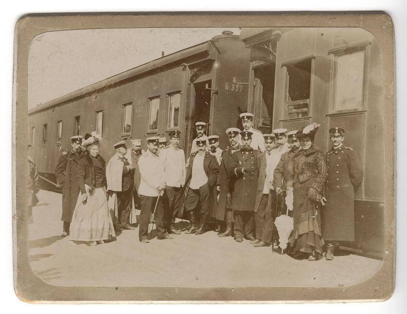 Служащие железной дороги на фоне вагонов поезда