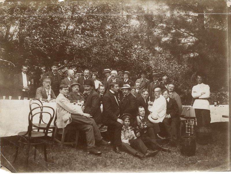 Семья иркутских купцов Белоголовых на пикнике. Окрестности Иркутска, 1910-е годы.