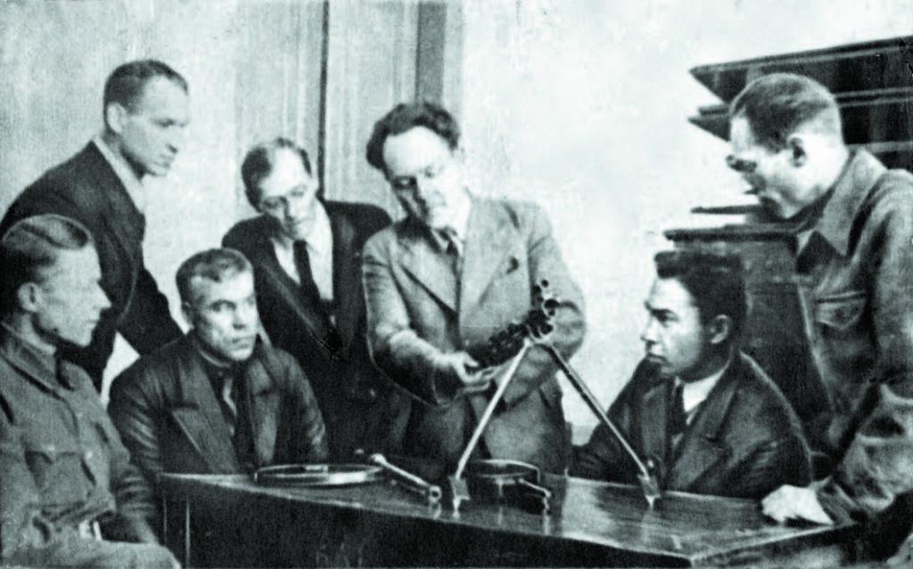 Преподаватели иркутского вуза за разборкой пулемёта. 1943 год